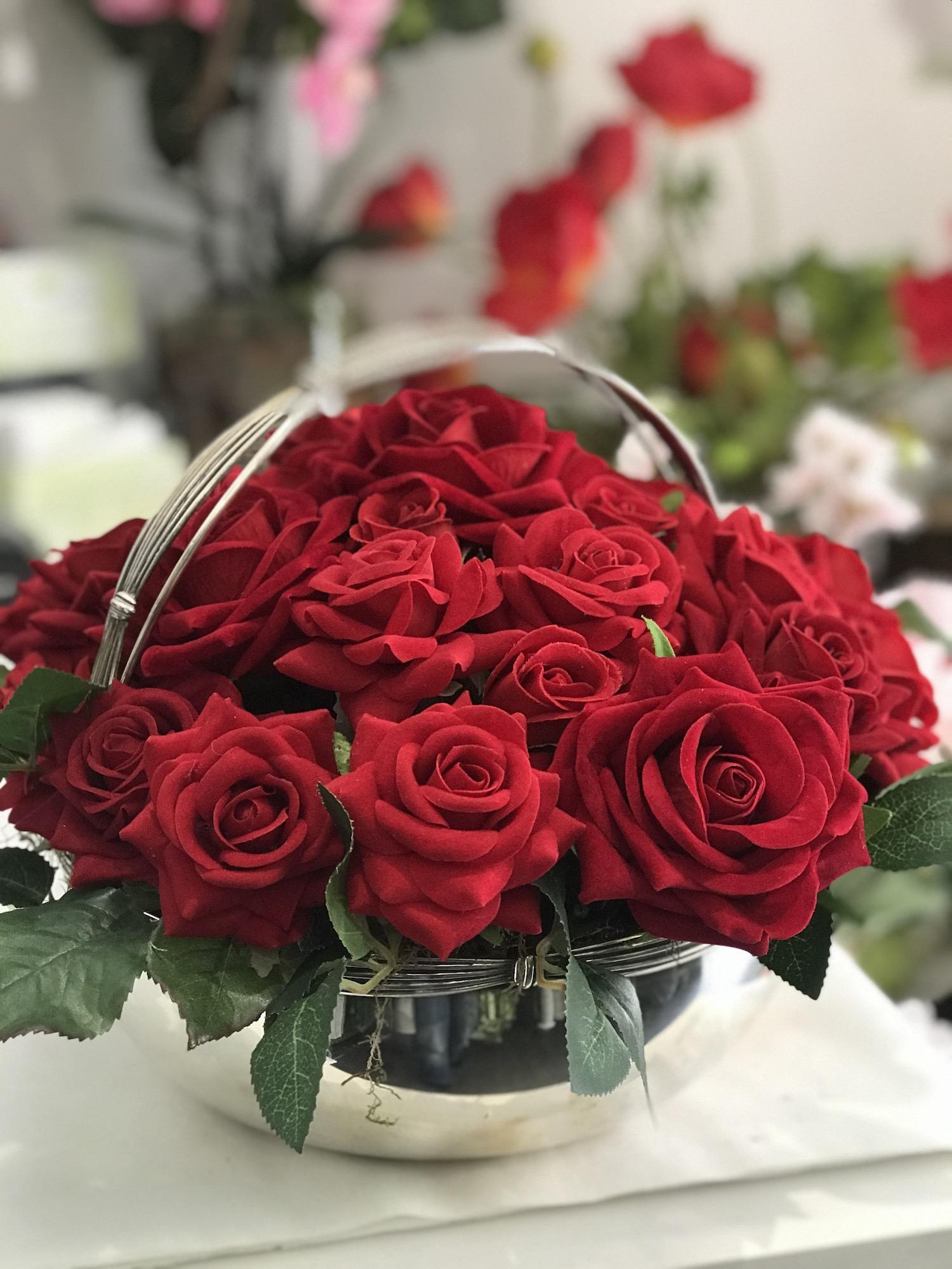 Composizione rose rosse artificiali deco fleurs roma prati