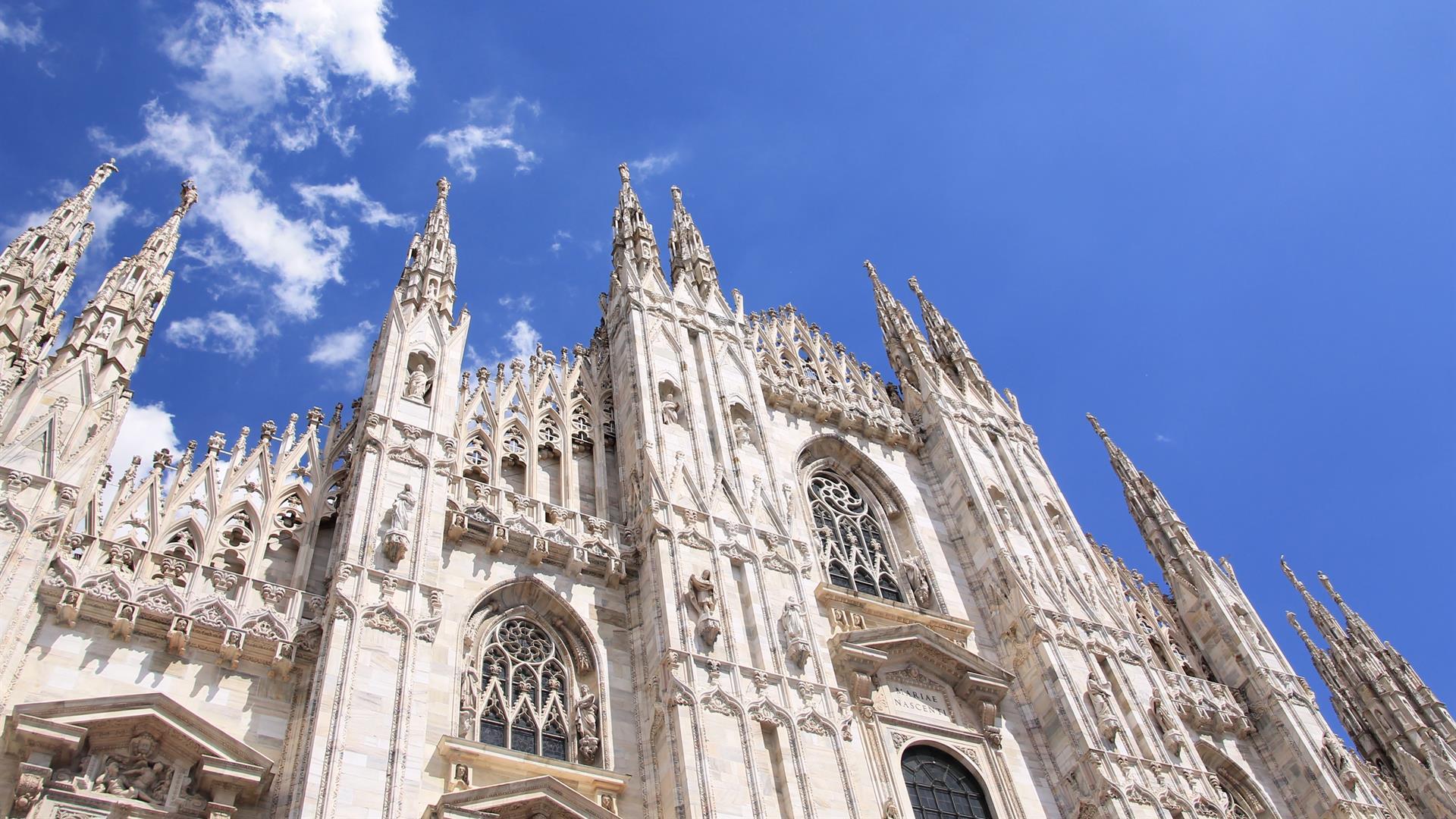 Milano E Le Terrazze Del Duomo E Il Castello Sforzesco