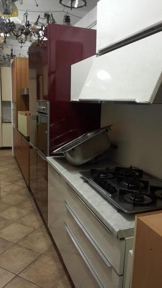 cucinapolimerico lucido bordeaux rossa bianco maniglia integrata sull anta